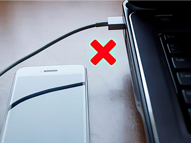 Có thể gây hư hại pin cho cả điện thoại và laptop