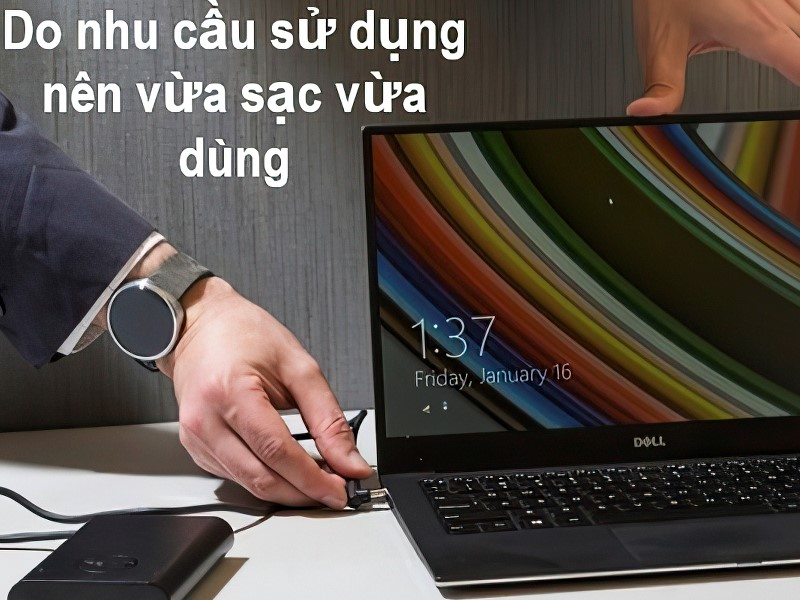 Do nhu cầu sử dụng nên vừa sạc vừa dùng laptop