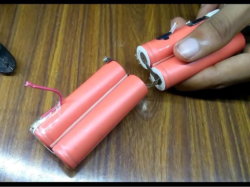 Tháo các cụm pin con ra khỏi vỏ pin
